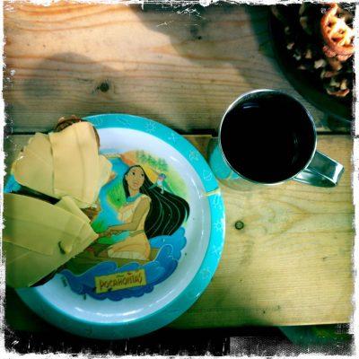 Vaffel med brunost fra Pocahontas-fat og kaffe. Kan det bli bedre?