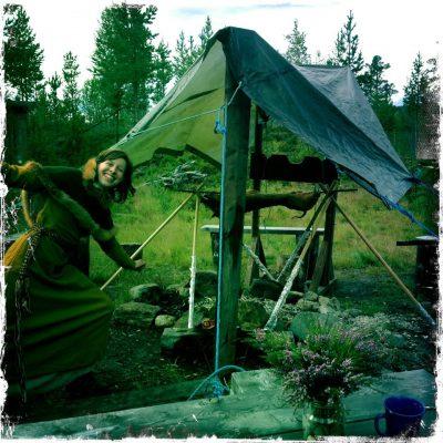 """Det begynte å regne, men da lager man såklart et provisorisk grilltelt til grisen. (Det slutta såklart å regne rett etter at vi fikk opp """"teltet"""".)"""