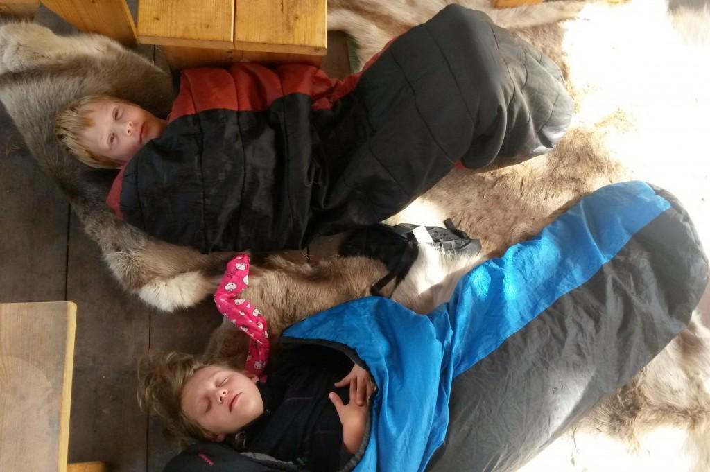 Ungene sov i Grindbygget.