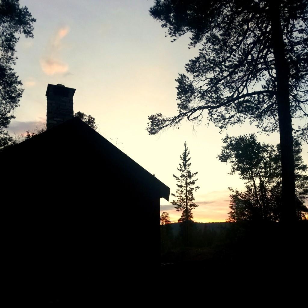 Viknahuset i solnedgang. Tatt rundt halv tolv.