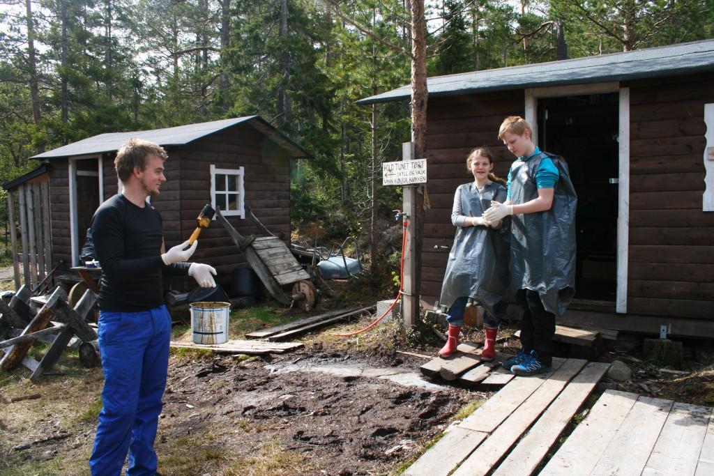 Joakim og ungene på veg for å tjærebre materialtørka.